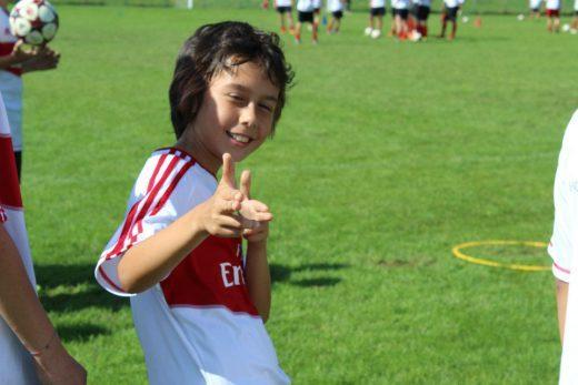 Niño feliz en AC Milan Academy Camp