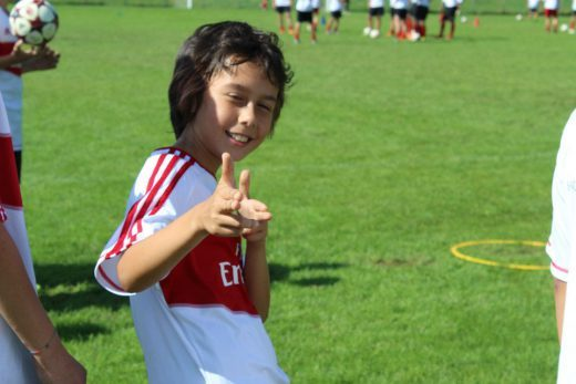 Menino feliz em AC  Junior Camp