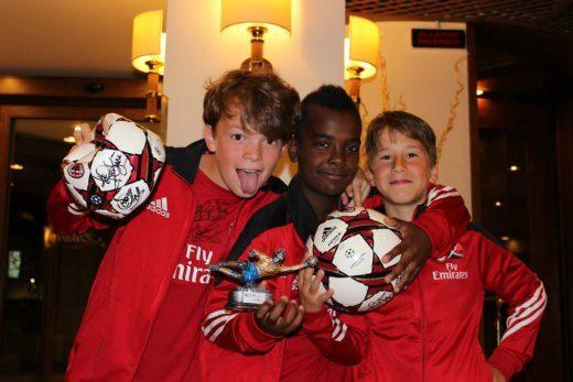 Três meninos ganharam a taça no Acampamento de Futebol do AC Milan