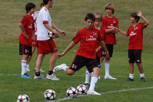 Treinamento de tiro no futebol para meninos durante o Acampamento do AC Milan Academy