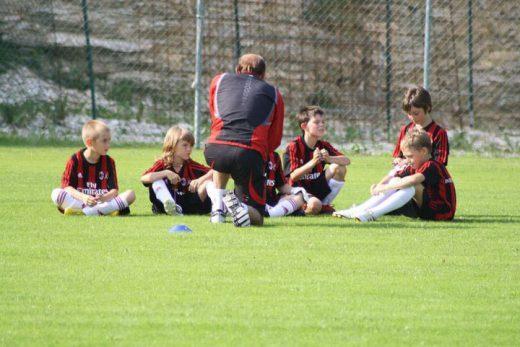 L'entraîneur du secteur jeunesse du Milan AC enseigne le soccer aux enfants