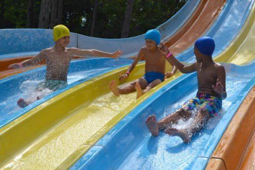 Crianças no parque aquático durante o Colônia de férias do AC Milan em Lignano
