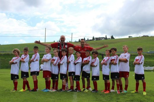 男孩在AC米兰的最好的足球训练营