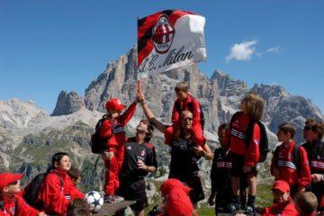 AC Milan bandeira em Cortina d'Ampezzo Acampamento de futebol do AC Milan