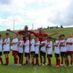 Meninos no melhor Acampamento de treinamento de futebol do AC Milan
