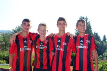 एसी मिलान अकादमी फुटबॉल ग्रीष्मकालीन शिविर में लड़कों की तस्वीर
