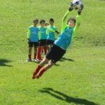 एसी मिलान जूनियर कैंप में गोलकीपर फुटबॉल प्रशिक्षण